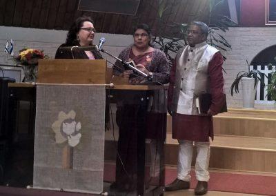 Raamattuopiston johtaja Jose Peter Carmel yhdessä puolisonsa Jhancyn ja tulkkinsa Maire Peltokankaan kanssa