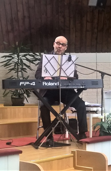 Kuopiolaisen musiikinopettaja Tapio Heikkisen jykevä ääni kaikui koskettavana temppelin salissa.