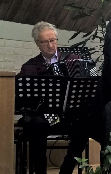 Seppo Heikkinen hanurin kanssa.